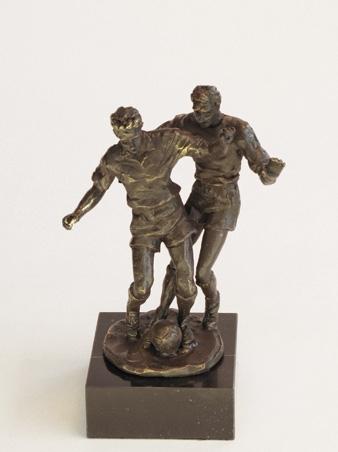 Bronzen Beeldjes - WMA250 Voetbal duel 25CM